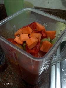 En la licuadora, lata de tomate pelado y vegetales